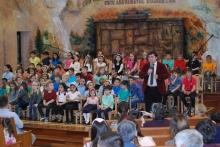 fratele Caleb Nechifor salutând copiii